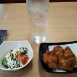 寿司店なのに最初の取った皿は唐揚げとサラダ