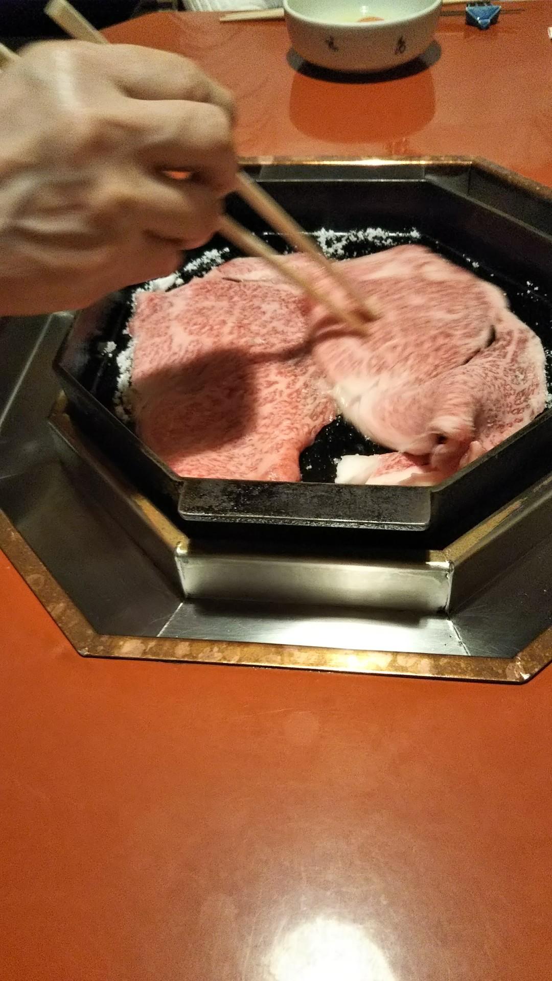 最初に砂糖を敷いて肉を載せる