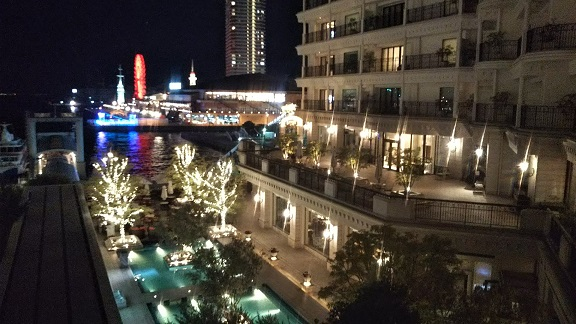 ホテルと港の夜景