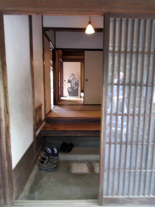 玄関では漱石先生がお出迎え
