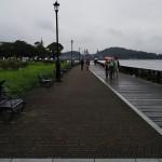 海沿いの夕歩道を歩く