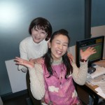 ナパサのスタジオでパーソナリティ原田朋美さんと