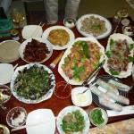 持ち寄った料理でテーブルは満載