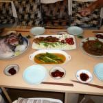 テーブルには奥様手作りの美味しそうなお料理が並びます