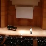 沢木さんが歌唱指導するシンプルな舞台