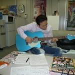 なんぶオフィスではギターに合わせて練習