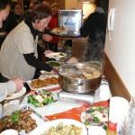 お食事タイム!手作り料理がテーブルを埋め尽くす