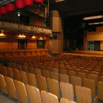 歌舞伎公演の時は桟敷席の前に花道ができる