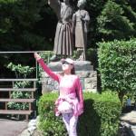 「踊り子と学生」像の前のフラメンコ踊り子
