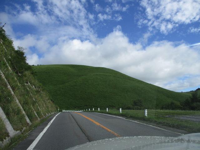 青い空に緑の山並み