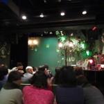 歌手の登場を待つシャンパーニュのステージ