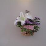 礼拝堂の壁にも花が飾られ