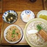 沖縄そば・ジューシー(炊き込みご飯)・クーブイリチー(昆布炒め)