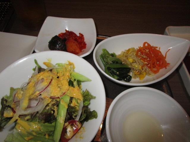 前菜はナムル・キムチ・サラダ