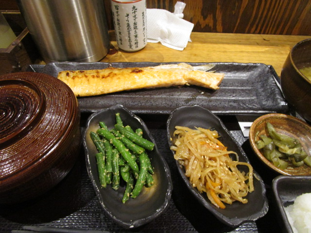 鮭ハラス定食に小鉢を2つつけて853円也