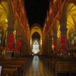 荘厳な雰囲気に包まれる聖堂内部