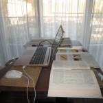 机にいっぱい参考書等が置けて便利