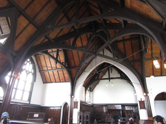 教会内部(ゴシック様式だが木を豊富に使用している