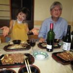 見て!テーブルいっぱいの料理とお酒