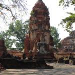 向かって右の仏像はビルマ軍に首を落とされて(ワットプラマハタート)
