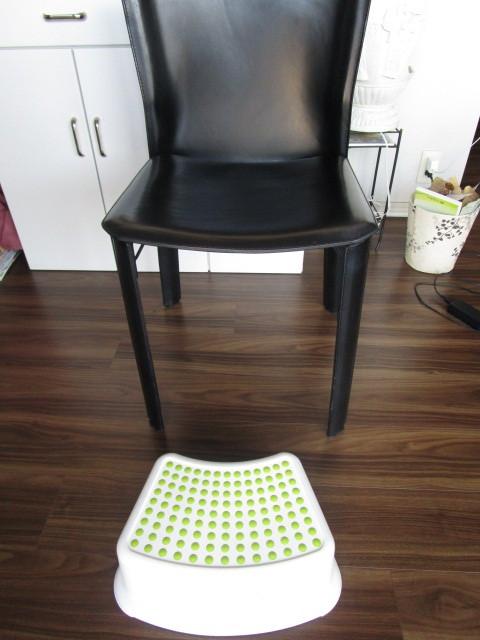 我が家の椅子も高いので足置きを