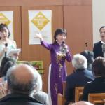 クリオーゾ合唱団員と共に「花は咲く」を歌う