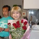 マスターから頂いたバラの花束を抱え「百万本のバラ」を歌う!